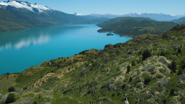 vídeos de stock e filmes b-roll de blue lake waters in chile's patagonia - chile