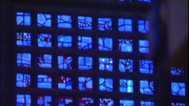 vidéos et rushes de blue light filters through stained glass windows in the kaiser wilhelm memorial church. - sculpture production artistique