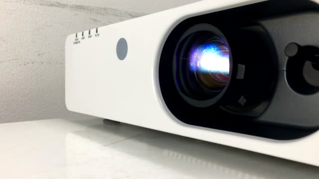 stockvideo's en b-roll-footage met blauw licht van de projectorlens - diavoorstelling