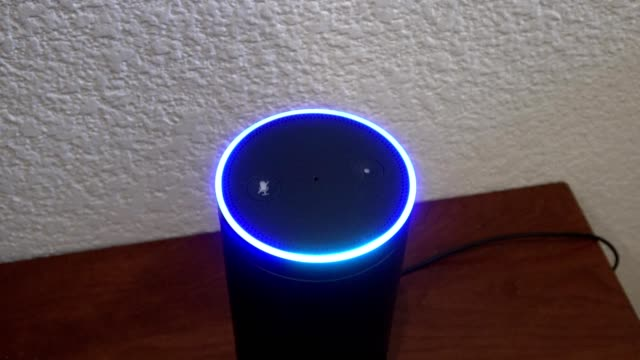 vídeos y material grabado en eventos de stock de blue light rings indicating that the device is listening on an amazon echo smart speaker system using the alexa voice assistant in a smart home in... - ayudante