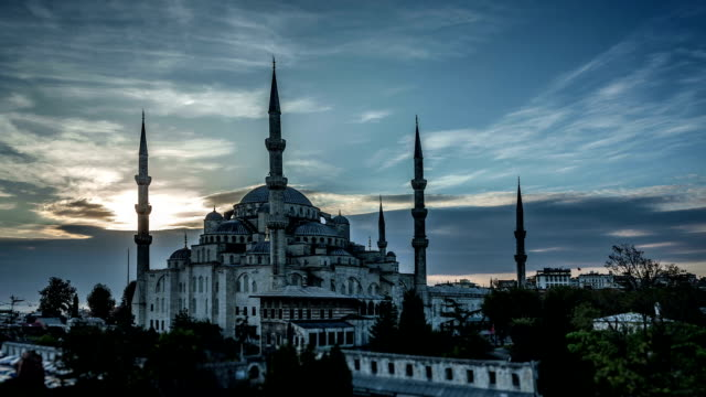 moschea blu di istanbul al tramonto. time lapse in hd - moschea video stock e b–roll