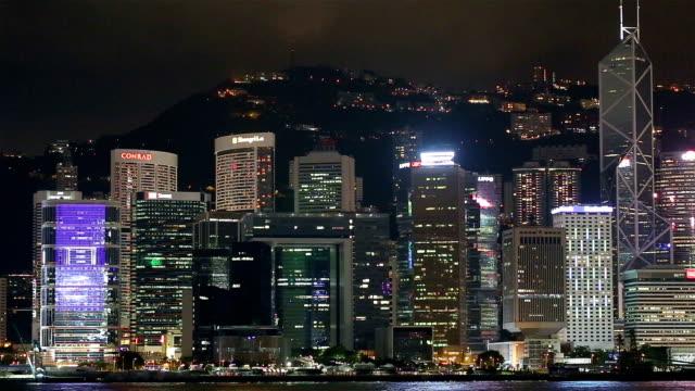 stockvideo's en b-roll-footage met blue night in hong kong - central district, victoria harbor, hong kong island and kowloon, hong kong. - hongkong eiland