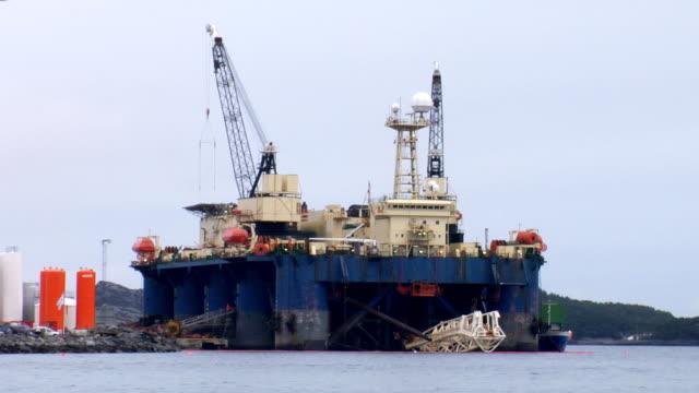 vidéos et rushes de bleu total de plate-forme pétrolière - plateforme