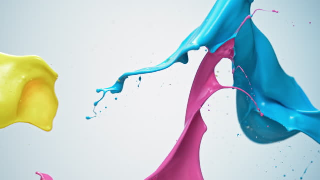 vídeos de stock, filmes e b-roll de slo mo blue, pink and yellow paint colliding in the air - velocidade alta