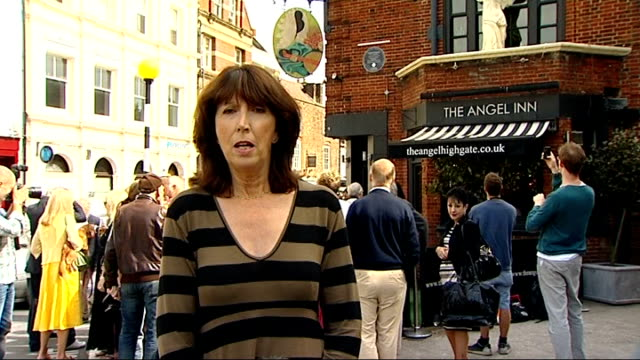 blue plaque unveiled for monty python's graham chapman; graham chapman blue plaque on wall reporter to camera michael palin interview sot terry jones... - モンティ・パイソン点の映像素材/bロール