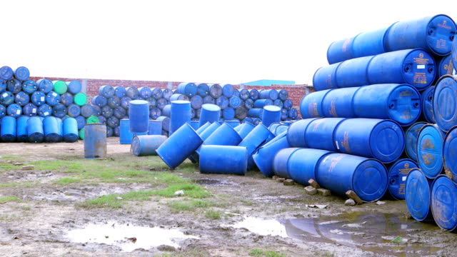 vídeos de stock, filmes e b-roll de tambor plástico azul - barril