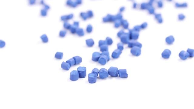 stockvideo's en b-roll-footage met blauwe polymeer plastic deeltjes - rubber
