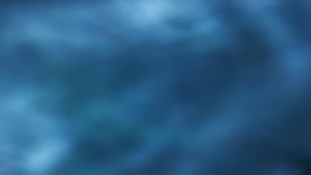 vídeos y material grabado en eventos de stock de blue pool of misty water - foco difuso
