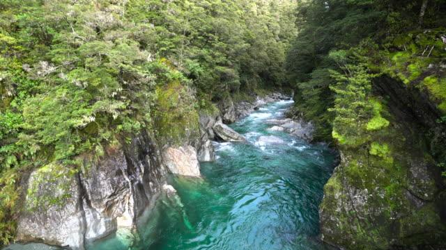 vidéos et rushes de blue pools mount aspiring national park, nouvelle-zélande. - mont aspiring