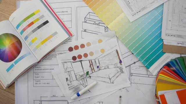 vidéos et rushes de impressions bleues, swatch couleur, couleurs de crayon, croquis, plans et documents pour une rénovation domiciliaire - plan
