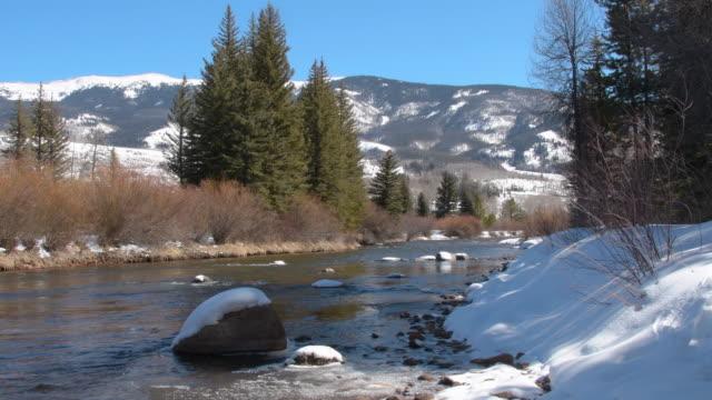 vidéos et rushes de la rivière bleue traverse le comté de summit à l'automne - pinacée