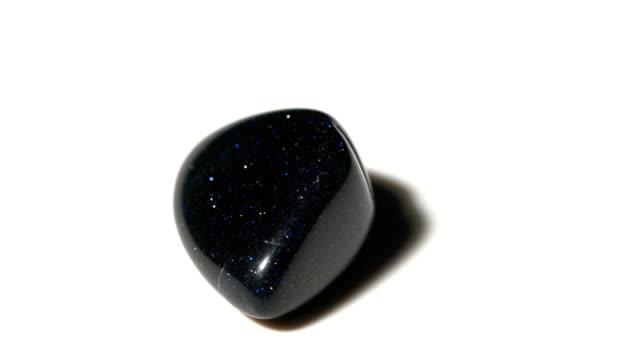 vídeos de stock e filmes b-roll de blue sandstone mineral stone sample in rotation with white background - jaspe mineral