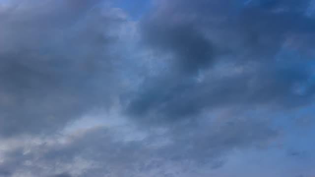 vídeos y material grabado en eventos de stock de cielo azul y nubes blancas a nubes oscuras time-lapse/4k. - sólo cielo