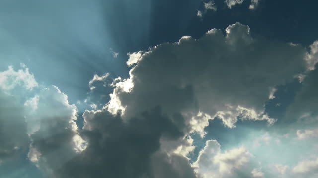 vidéos et rushes de blue sky, clouds and rays of light - ciel couvert