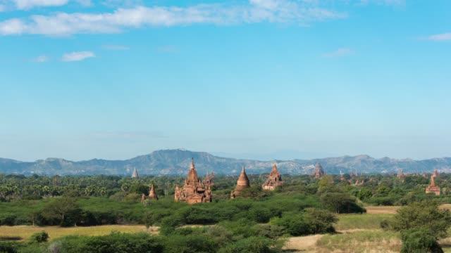 blauer himmel kloster pagode in bagan ist unesco welt ort - unesco welterbestätte stock-videos und b-roll-filmmaterial