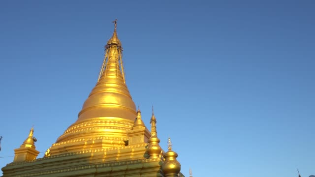 blauer Himmel mit goldenen Kuthodaw Pagode Mandalay in Myanmar