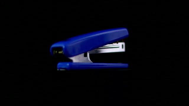 ブルーホチキス - ホッチキス点の映像素材/bロール