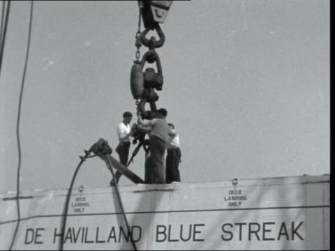 "vidéos et rushes de ""blue streak"" missile onto ship:; england: london: king george v docks: ext gv side ship - freighter ""nardana"": big box on hoist: along: ditto: onto... - politique et gouvernement"