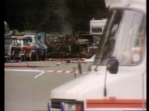 blues and royal band bomb hyde park lms smouldering wreckage from ira bomb attack on blues royals ms wreckage cars ms firemen and injured person on... - ロンドン ハイドパーク点の映像素材/bロール