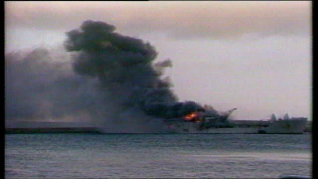 vídeos de stock e filmes b-roll de 25th anniversary task force family support lib islands bluff cove ext slow motion ship burning - ilhas malvinas