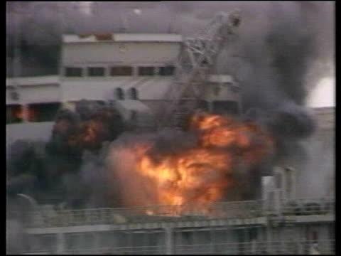 vídeos de stock e filmes b-roll de falklands war 25th anniversary bombing of sir galahad tx 24682 shot 8682 bluff cove 'sir galahad' troop ship on fire troop survivors rowing ashore in... - barco salva vidas