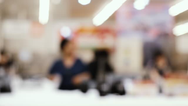vídeos de stock, filmes e b-roll de grupo de fundo borrão de pessoas comprando alimentos frescos de prateleira em supermercado - pacote arranjo