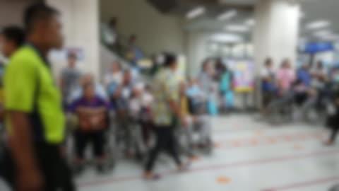 vídeos y material grabado en eventos de stock de desenfoque de antecedentes del personal médico y paciente en el hospital - pasillo característica de edificio