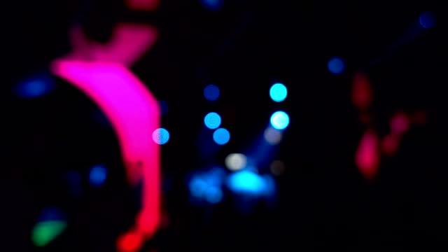 vidéos et rushes de scène de nuit de fond estompée en boîte de nuit de fête - lampe led