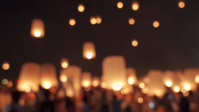 vídeos de stock e filmes b-roll de blured people holding lantern in yee peng festival - lanterna de papel