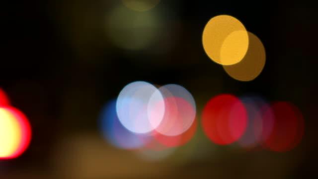 vídeos y material grabado en eventos de stock de luces de la cola del coche defocused y borrosa en la noche - faro luz de vehículo