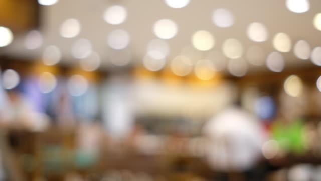 unscharfen hintergrund des kunden im restaurant verwischen mit bokeh - bartresen stock-videos und b-roll-filmmaterial