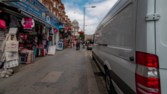 vídeos de stock e filmes b-roll de blurred background time-lapse: pedestrian crowd at bayswater city of westminster london england uk - kensington e chelsea