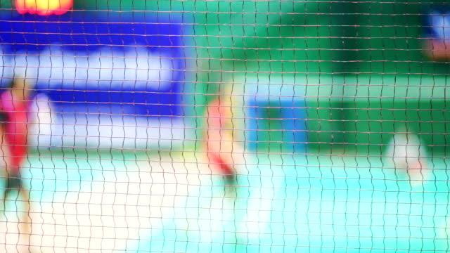 vidéos et rushes de joueurs de badminton floue sur le terrain. - badminton sport