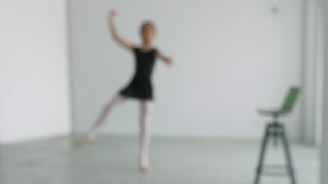 vidéos et rushes de ballerine floue pratique danse ballerine pratique danse selon le clip sur ordinateur portable ; mouvement flou - sans mise au point and équilibre