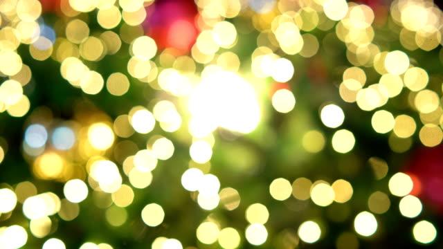 weihnachtsbaum-hintergrund unscharf. - led leuchtmittel stock-videos und b-roll-filmmaterial