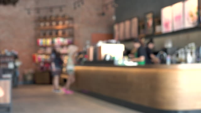 stockvideo's en b-roll-footage met wazig coffeeshop - bar tapkast