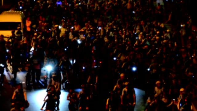vídeos y material grabado en eventos de stock de evento de ciclismo borrosa en bangkok por la noche - accesorio de cabeza