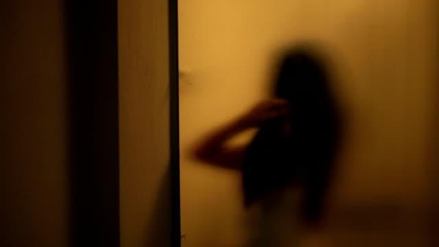 vídeos de stock, filmes e b-roll de desfocado corpo feminino no banheiro - cortina