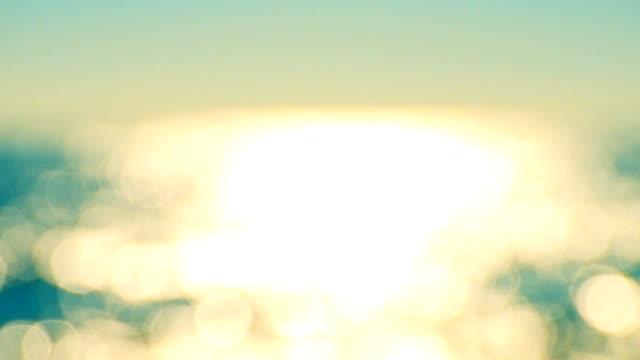 wazig beeld van sprankelende zee-oppervlak