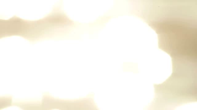vídeos de stock, filmes e b-roll de imagem borrada da superfície sparkling do mar - rio