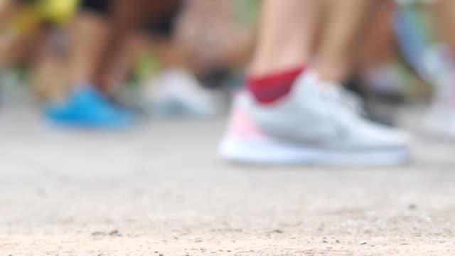 vídeos y material grabado en eventos de stock de corredores de maratón borrosos y carrera divertida. - línea de meta
