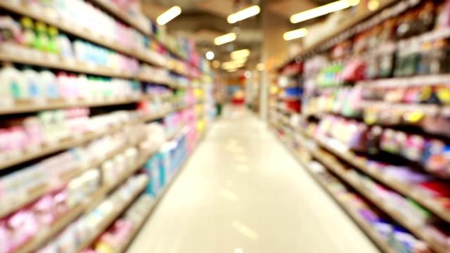 vídeos y material grabado en eventos de stock de movimiento borrosa en el supermercado, cámara lenta - super slow motion