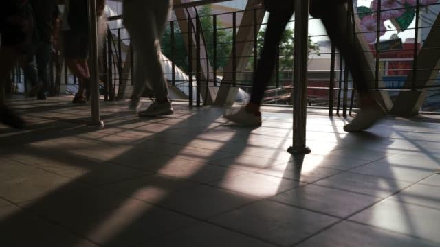 suddig rörelse människor går runt i himlen promenad. - blurred motion bildbanksvideor och videomaterial från bakom kulisserna