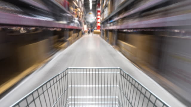 stockvideo's en b-roll-footage met wazig beweging met het winkelen in de supermarkt door trolley. timelapse 4k hyperlapse - shelf