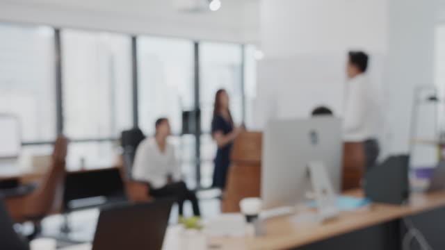 4k uhd : verschwommene büro- und mitarbeitergruppenpräsentation. - employee engagement stock-videos und b-roll-filmmaterial