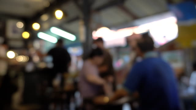 vídeos de stock e filmes b-roll de 4k: blurred, people in modern restaurant. - movimento desfocado