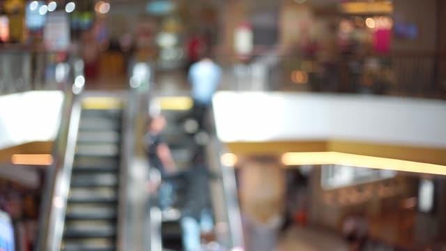 verschwommene menschen auf einer rolltreppe in einkaufszentrum - messen stock-videos und b-roll-filmmaterial