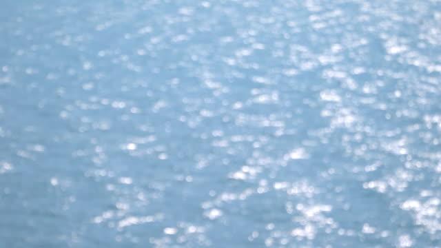 vídeos de stock e filmes b-roll de blurred shot - blue ocean water background - vista do mar