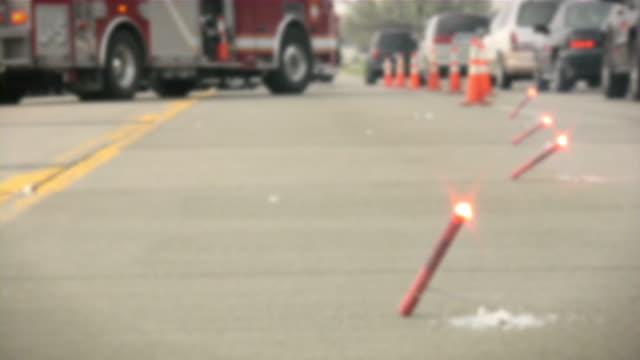 vídeos y material grabado en eventos de stock de borrosa escena del accidente de tráfico. de emergencia. departamento de bomberos. ambulancia. técnico en urgencias médicas unidad. - camión de bomberos