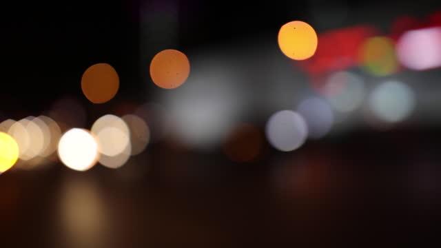 vidéos et rushes de vidéo floue des lumières de voiture - plein
